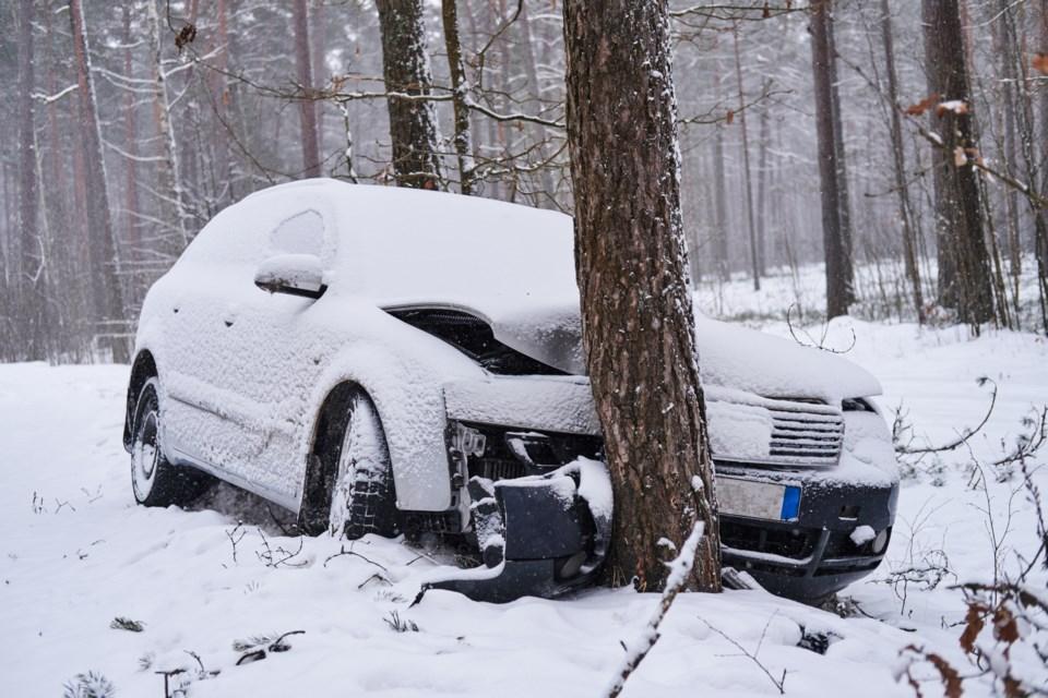 broken-car-crashes-into-tree-after-losing-control--946WL5F