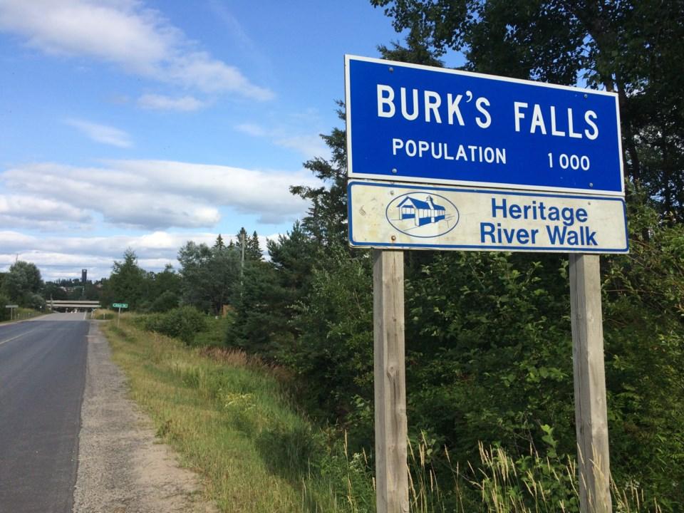 20180924 burk's falls pop entrance sign turl