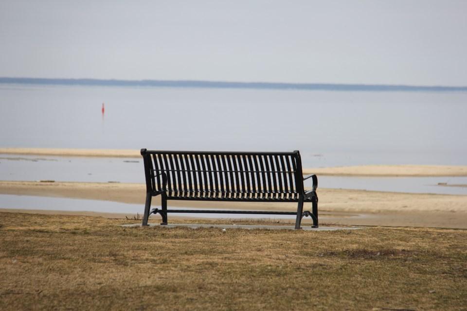 20210407 bench at beach turl