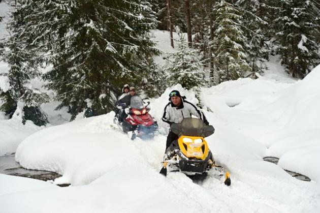 snowmobilers no helmet AdobeStock_49523512 2016