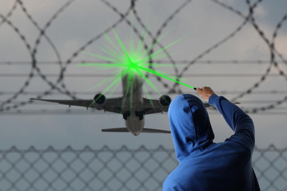 laser pointer at aircraft shutterstock_289953845 2016