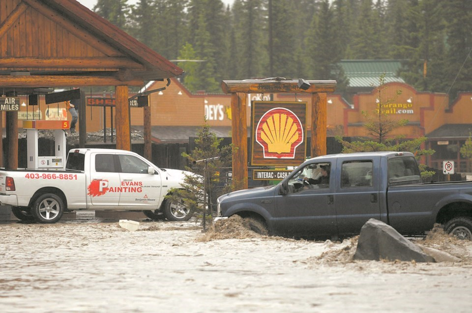 The 2013 flood sweeps through Bragg Creek. File Photo/Rocky View Weekly