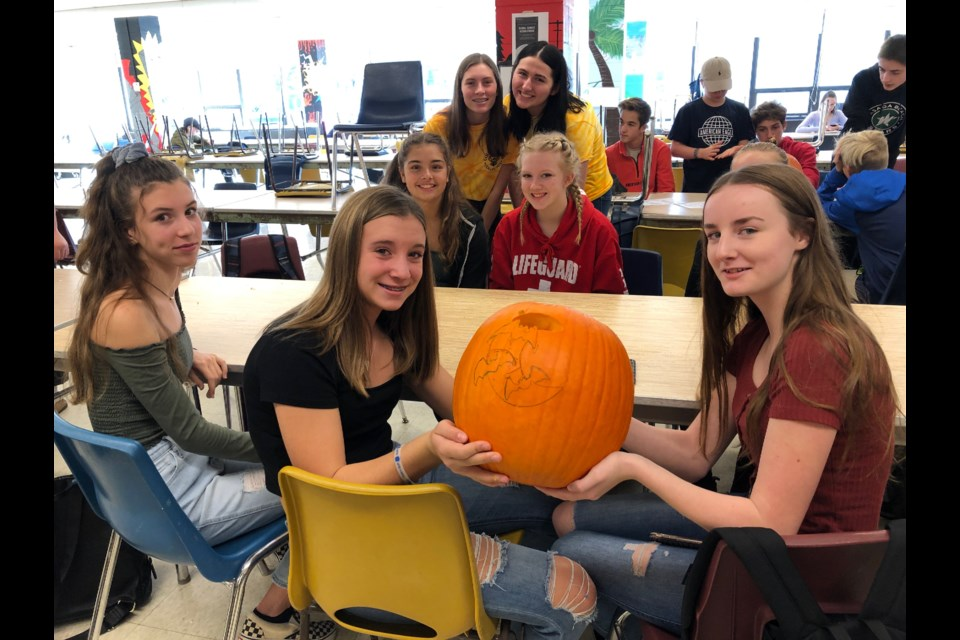 Claire Adams, Keira O'Farrell, Abigail Miller, Emily Schaefer and Bianca Hoit-Whipps with Link Crew leaders Heidi Ostertag and Rebecca Donahue. Erika Engel/CollingwoodToday
