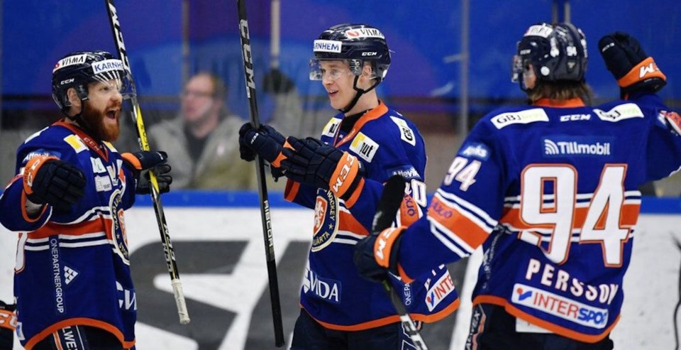 Elias Pettersson dominating for the Vaxjo Lakers in the SHL