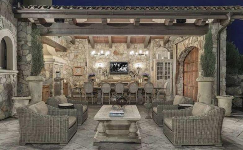 Surrey villa listing outdoor dining