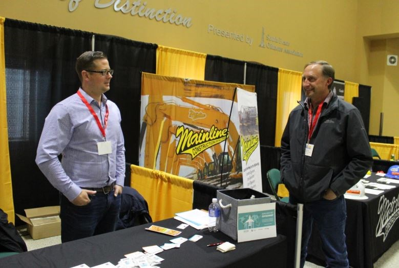 Vendors Mike Wiechnik and Howard Isaac chat.