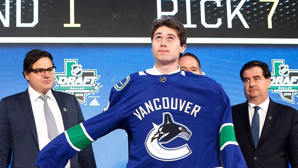 Quinn Hughes puts on a Canucks jersey at 2018 NHL Entry Draft