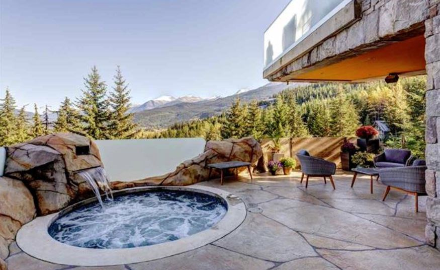 Whistler cliff mansion hot tub