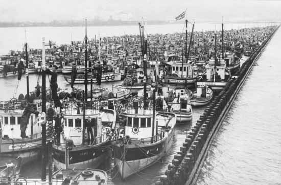 Hundreds of fishing boats owned by Japanese-Canadians were seized and tied up on the Fraser River. Vancouver Public Library photo: 26951