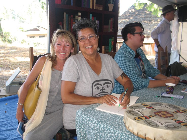 Joyful aboriginal poet Janet Rogers (centre) meets the Festival sponsor of the poetry session, Julie Hegyi.