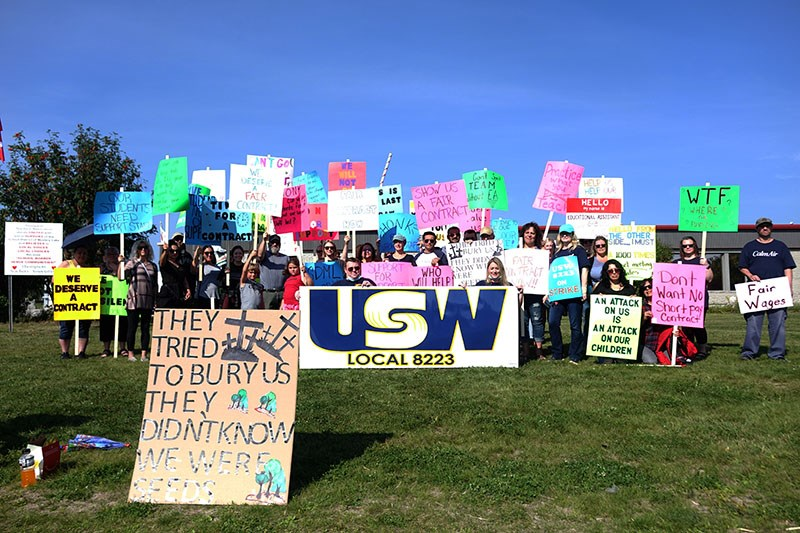 United Steelworkers Local 8223 members picked outside the School District of Mystery Lake office on