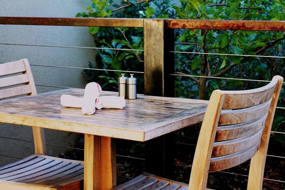 patio-table-outdoor-seating-restaurant