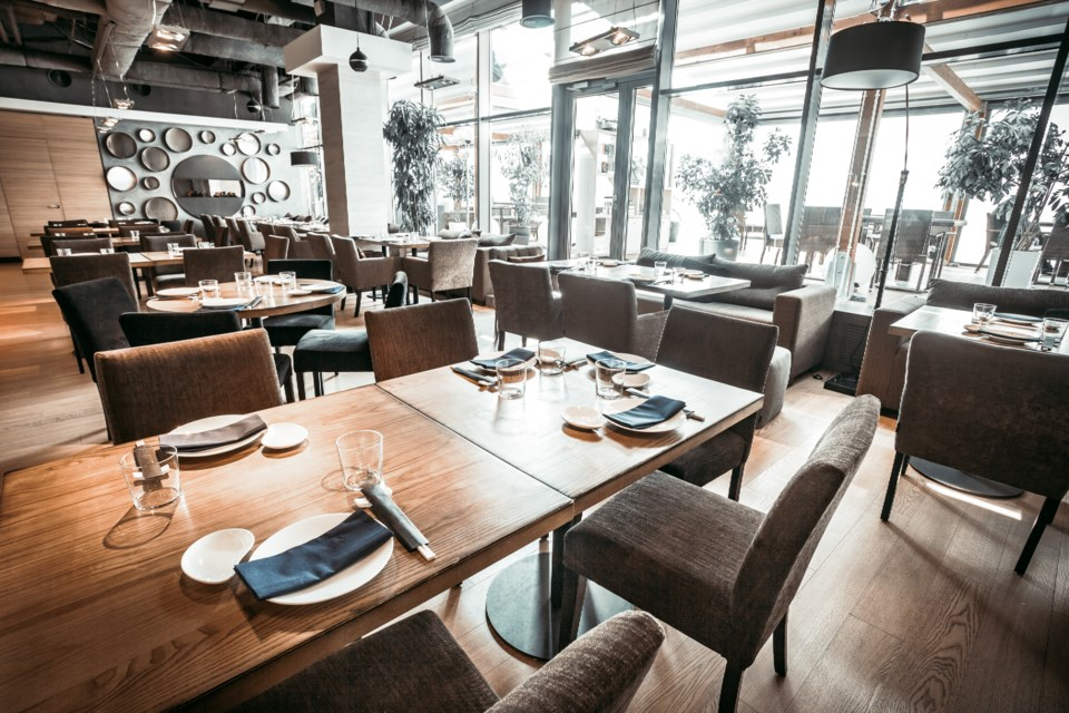 040220 - empty restaurant - AdobeStock_279857266