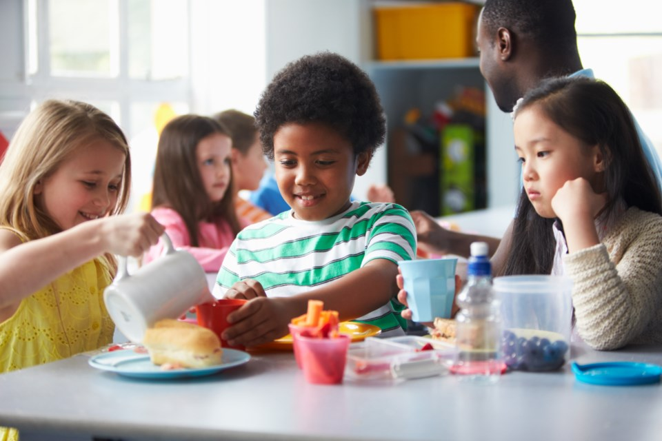 090418-lunch-cafeteria-school-AdobeStock_87284071