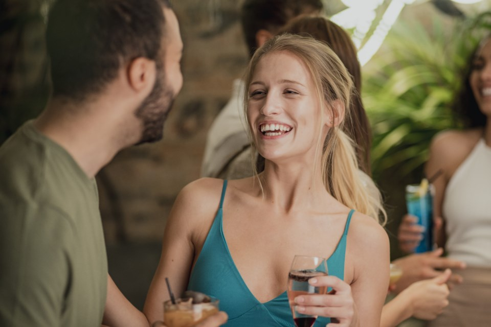 021919-friends-date-bar-couple-drink