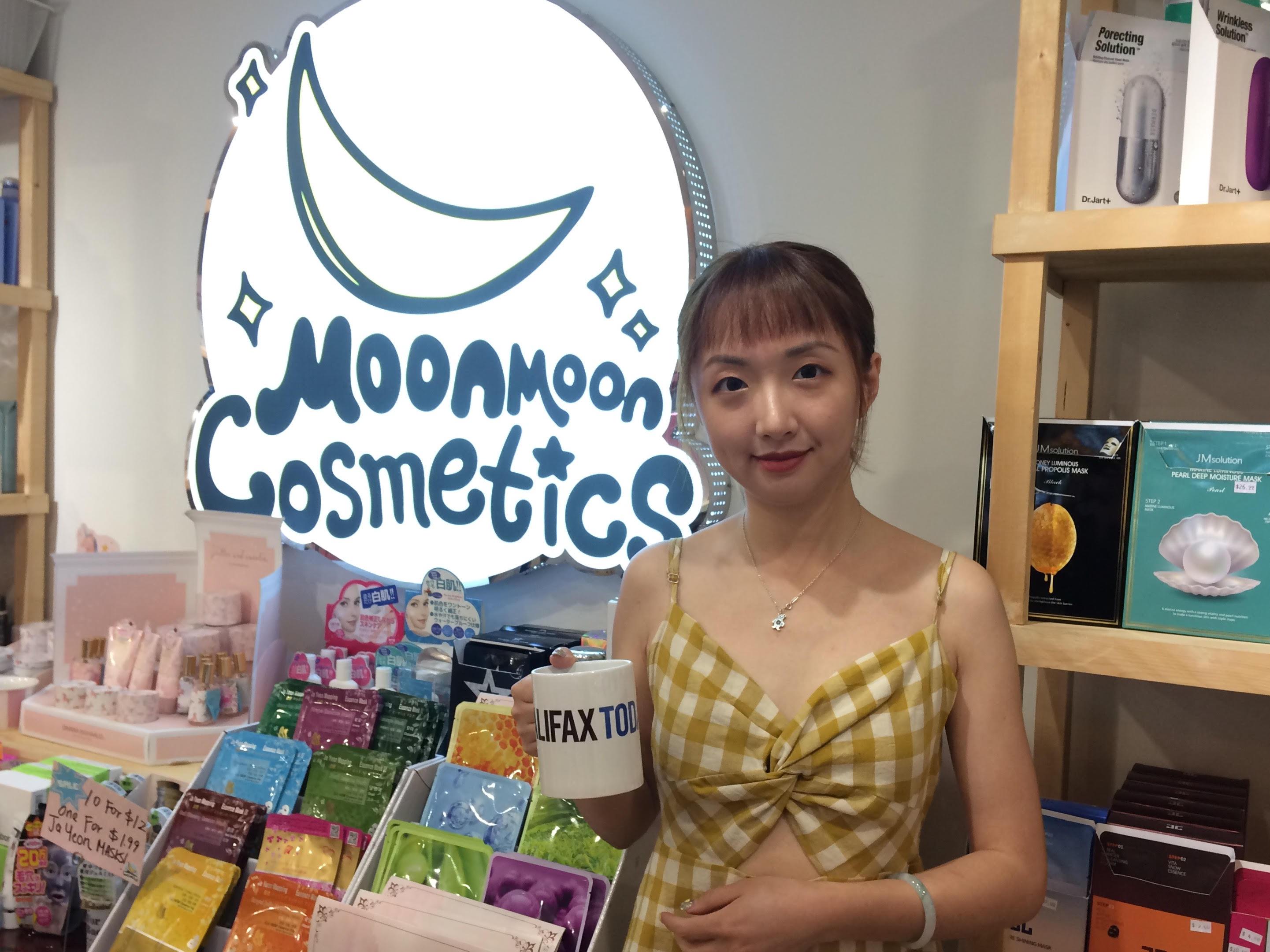 Moonmoon Moonmoon checking
