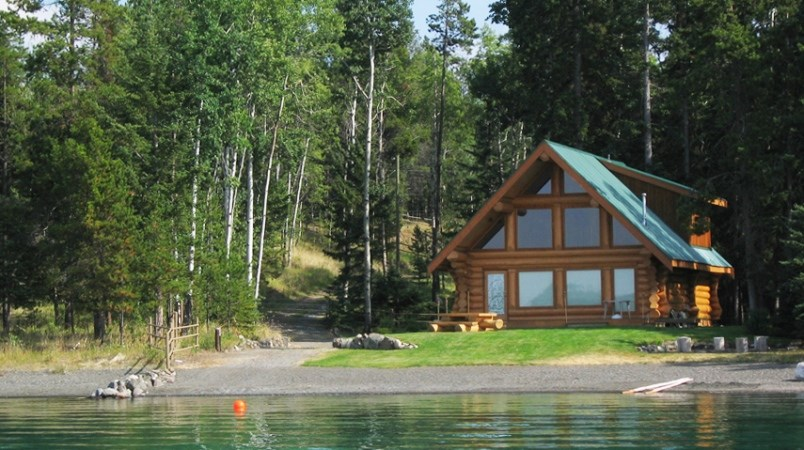 vacation-recreational-cabin-on-lakefront