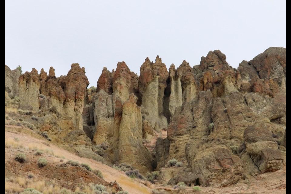 The hoodoos above the fossil bed. (via Brendan Kergin)