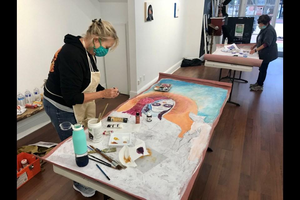 Patty Fabian pinta su catrina en el Centro de Arte Firehouse el miércoles 9 de septiembre, 2020. (Foto de Silvia Solís)