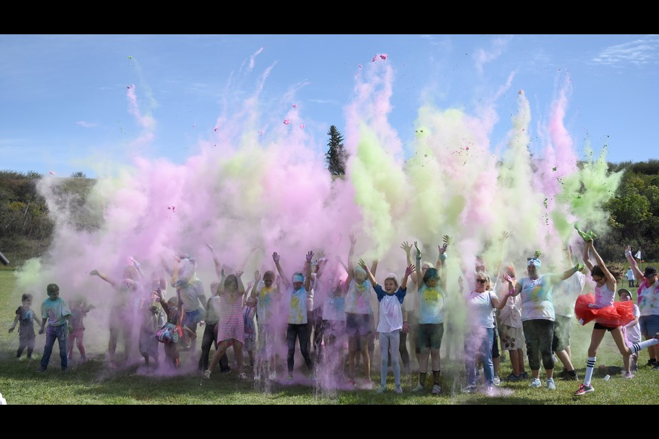 It wouldn't be the Colour Run without one final group throw to close out the event.