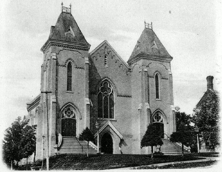The two entrances were removed and a single entrance was built in 1911.