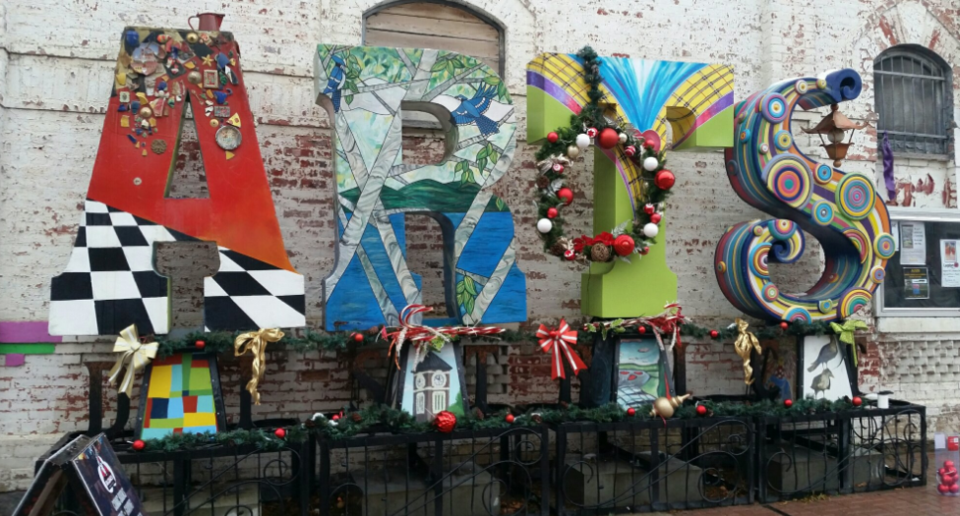 arts district sign with christmas decorations