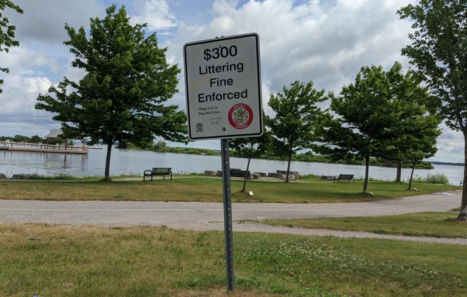 littering fine sign at veterans park