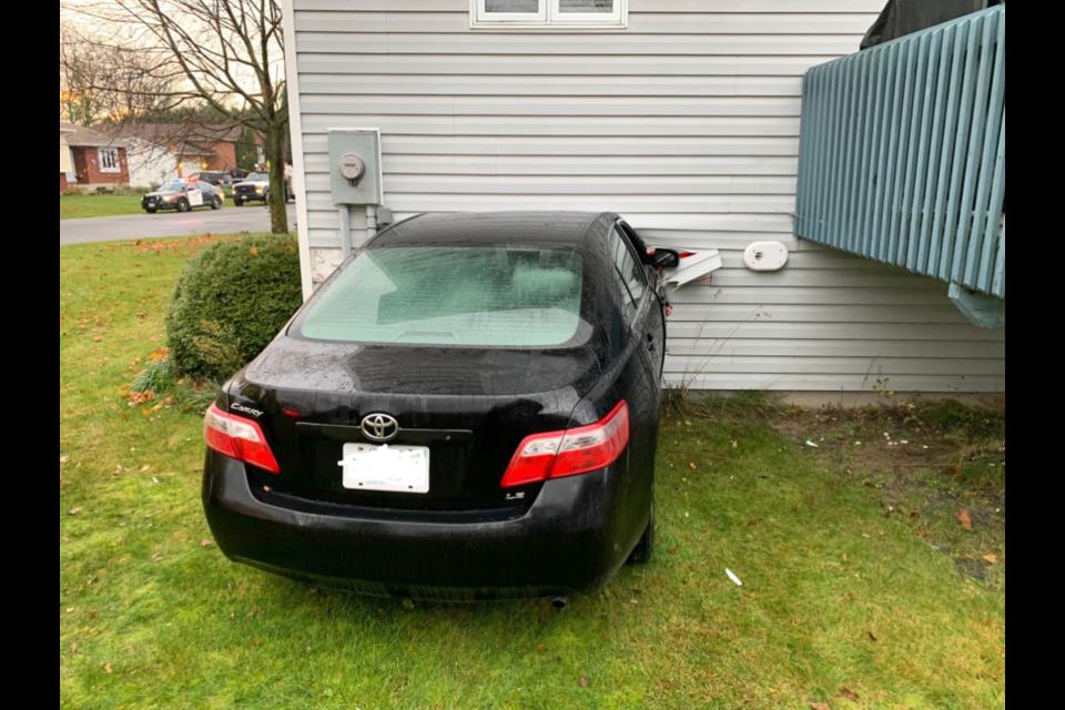 Crash crashes into Embrun home / Ottawa police