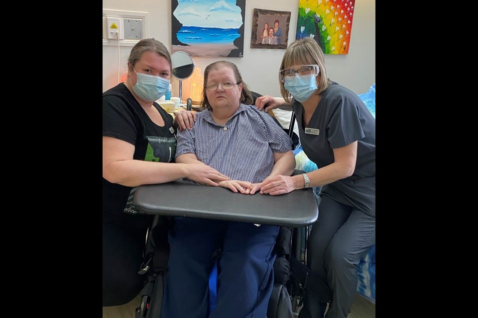 Danielle Houle was one of the first LTC residents in the EOHU region to get the Pfizer COVID-19 vaccine, at St. Jacques Nursing Home in Embrun. Houle with her daughter and caregiver Melanie Mitchelle and nursing home administrator Ginette Beaudin. January 13, 2021. (Photo/EOHU)