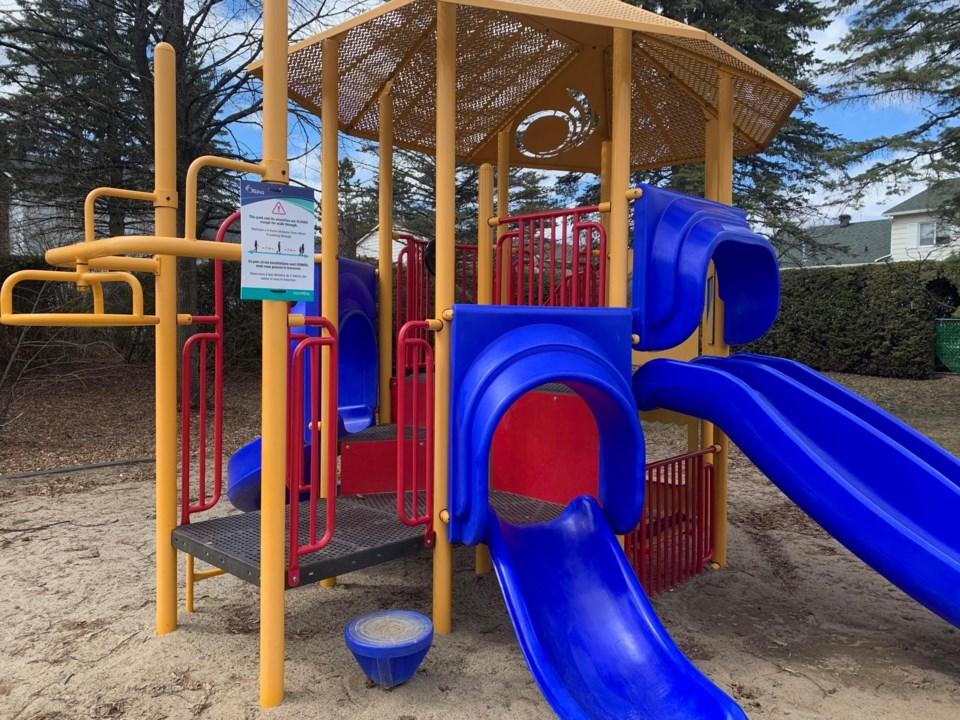 2020-04-13 ottawa park playground covid-19