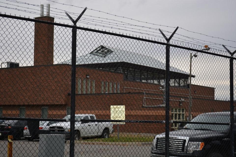 2016-10-27-ocdc-ottawa-carleton-detention-centre-outside-jw