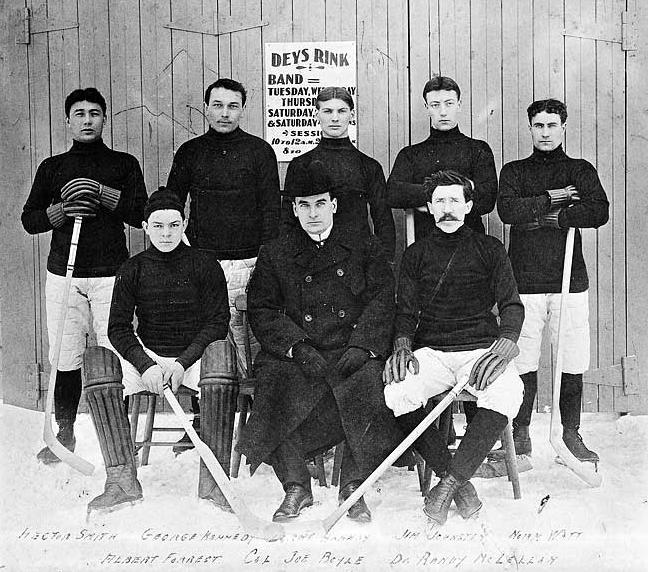 2019-01-14 dawson-city-nuggets-outside-dey-arena-1905-yukon-archives