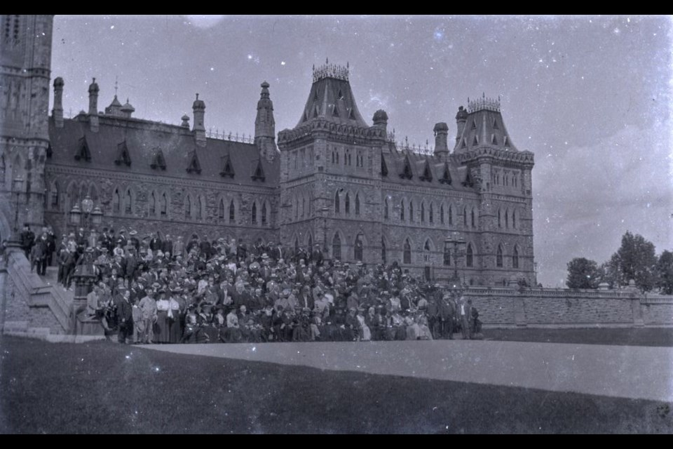 Group commemorative photograph of delegates and wives of the 5th Congress of the Chambers of Commerce of the Empire, 22 August 1903. Photo/ Ethelbert Slater, Aireborough Historical Society/Historical Society of Ottawa