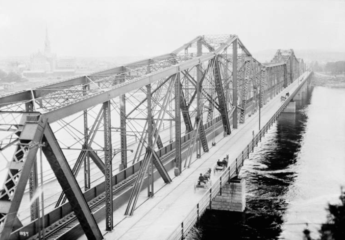 Inter-provincial Bridge a.k.a. Royal Alexandra Bridge, William James Topley, Library and Archives Canada, PA-009430.