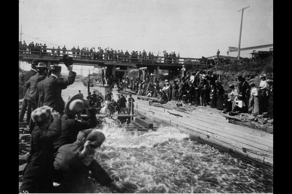 The Duke of Cornwall and York and the Royal Party taking a ride on a crib through the Chaudière log slide, 1901. Photo/ Charles Berkley Fonds, Library and Archives Canada, ID No. 3294381.