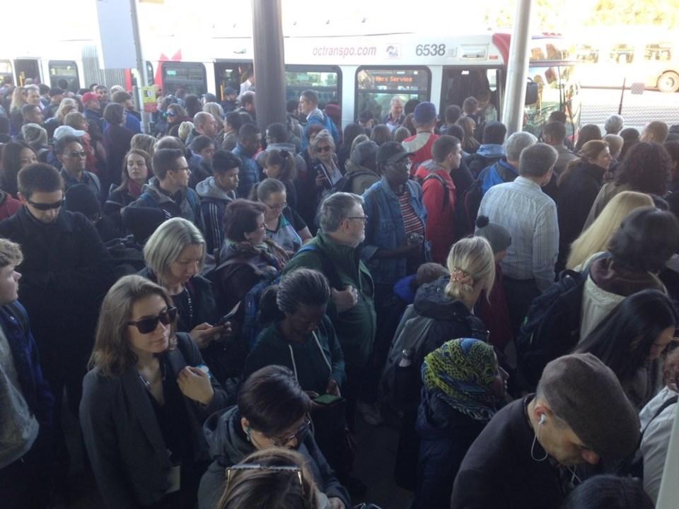 2019-10-08 crowded LRT station1