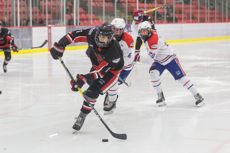 Booker Daniel (#7) looking for the best target in the offensive zone during a semi-final playoff match against the Vancouver North East Chiefs (via Cariboo Cougars)