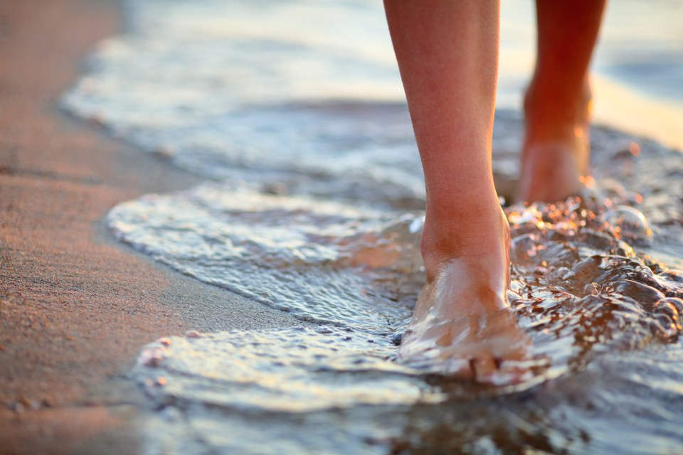 beach feet AdobeStock_159348776
