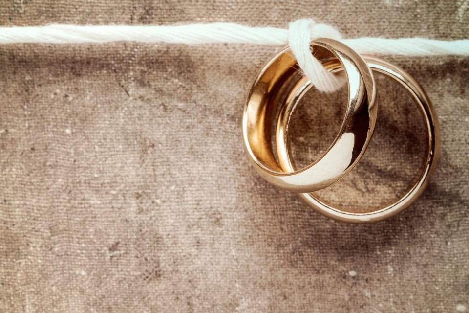 wedding rings AdobeStock_96768151