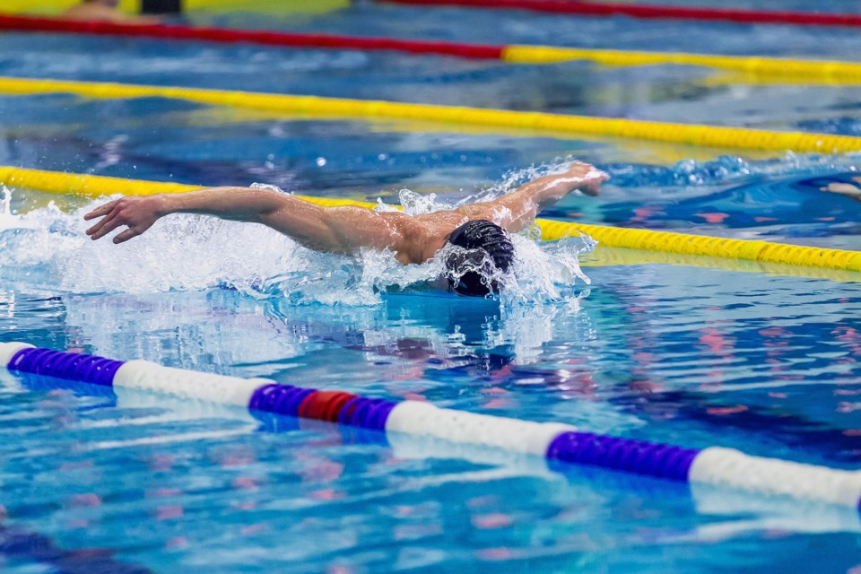 swimming AdobeStock_102309332