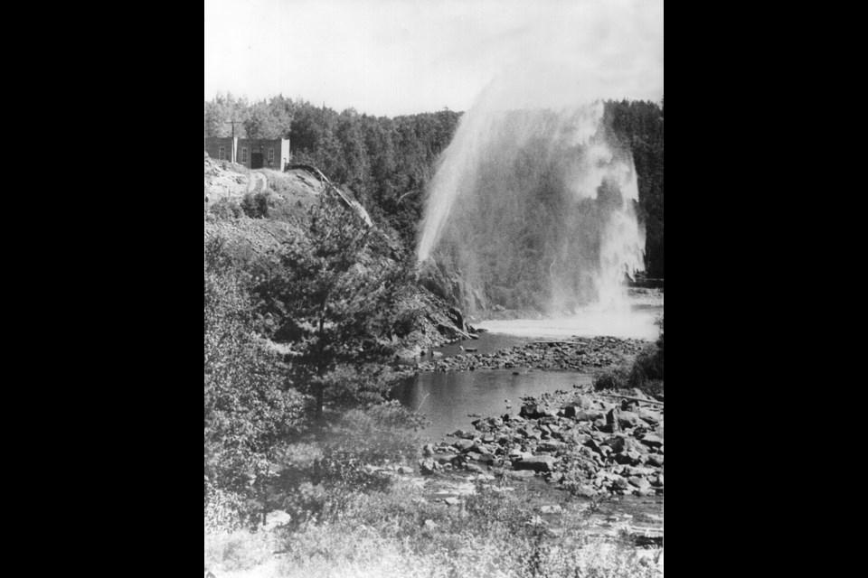 Historic photo of the Ragged Chutes compressed air plant near Cobalt, ON. (Library and Archives Canada)