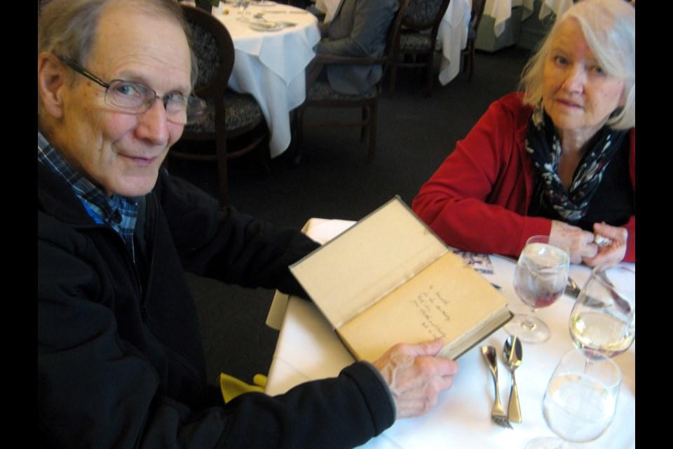 Foto på Margaret Atwood  & hennes Bror  Harold Leslie Atwood
