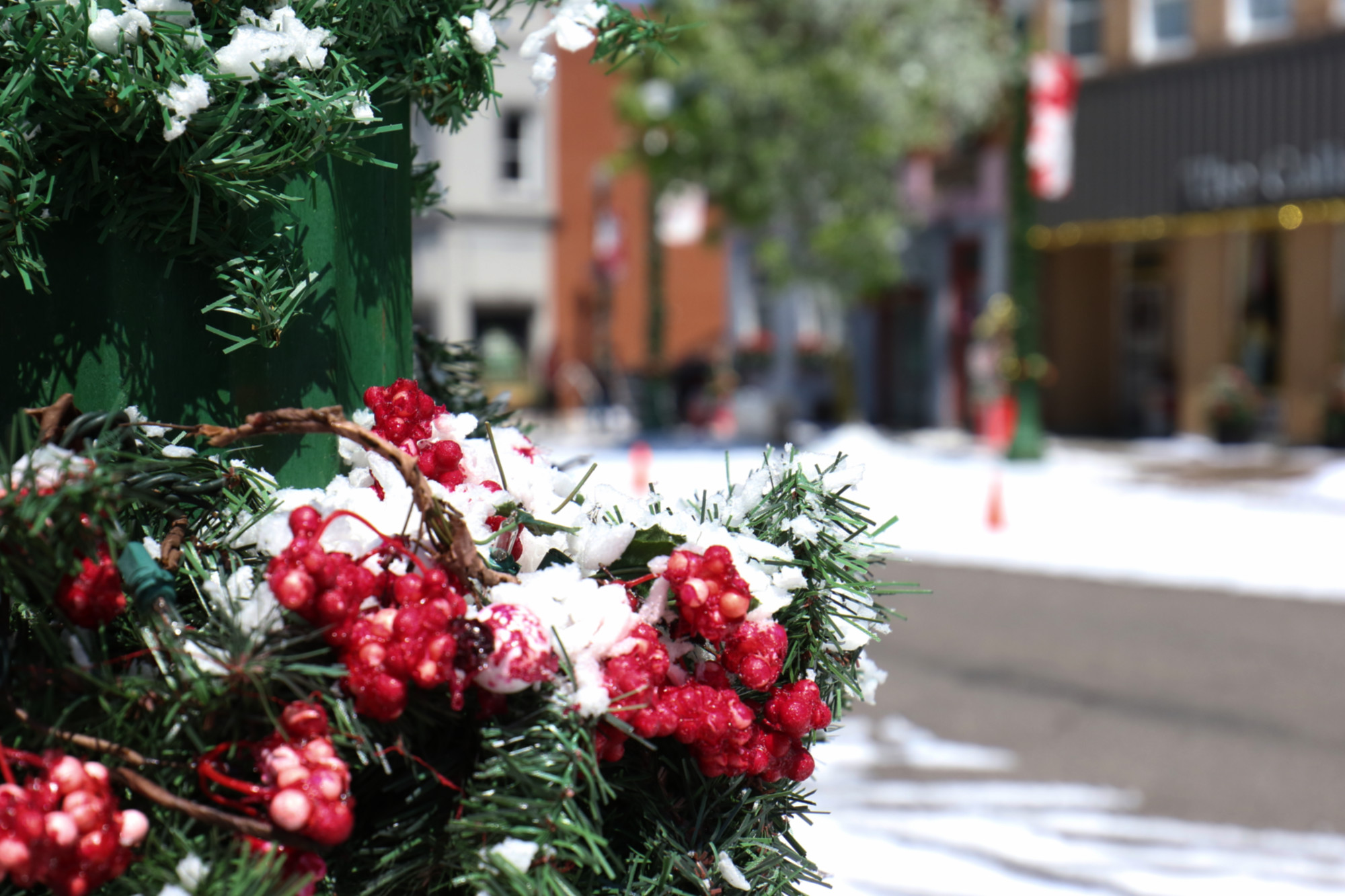 Christmas Camp Hallmark Cast.Film Crew Hoses Down Queen Street With Fake Snow For