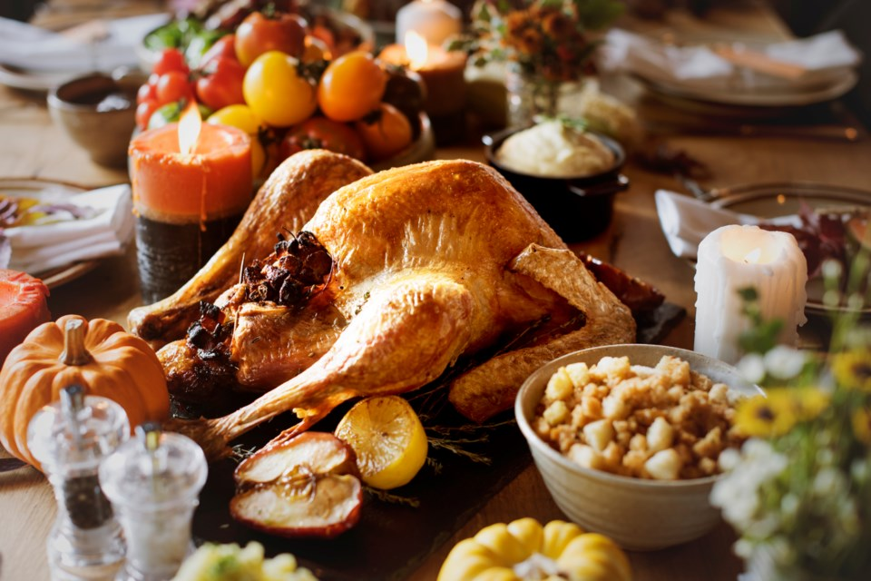 roasted-turkey-thanksgiving-table-setting-concept-P88BNBY
