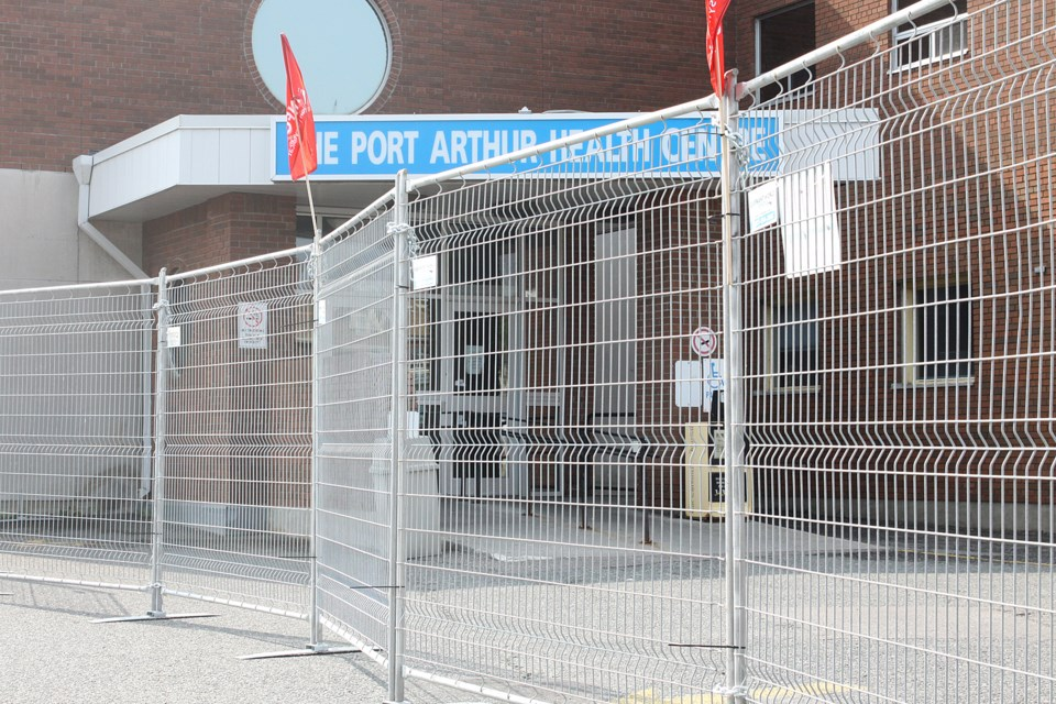 A fence surrounded the entrance to the Port Arthur Health Centre for the second straight day on Thursday, August 9, 2018. (Matt Vis, tbnewswatch.com)