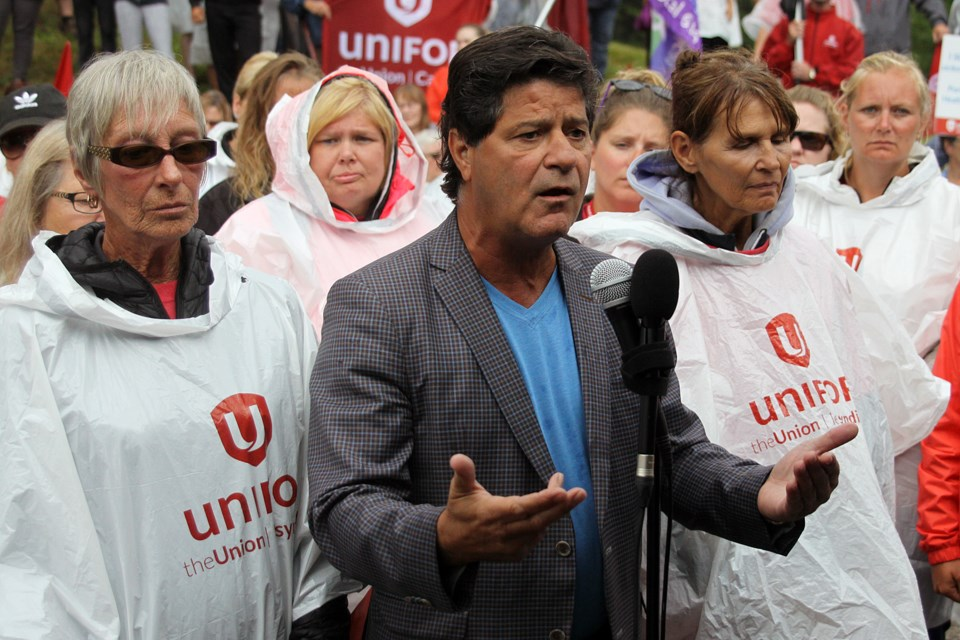 Unifor national president Jerry Dias is joined by Unifor members at a rally outside the Port Arthur Health Centre on Wednesday, August 8, 2018. (Matt Vis, tbnewswatch.com)