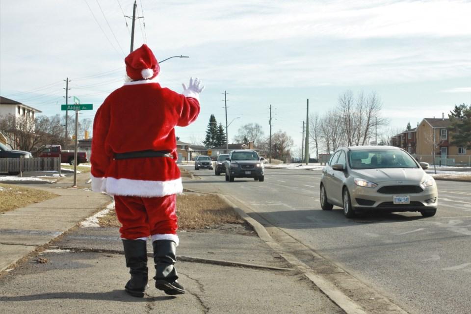 Santa Claus made an impromptu appearance in the John Street area Saturday. (Ian Kaufman, tbnewswatch.com)