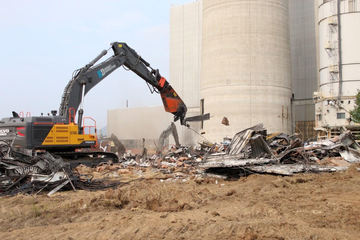 Demolition underway at former OPG generating station (10 photos)