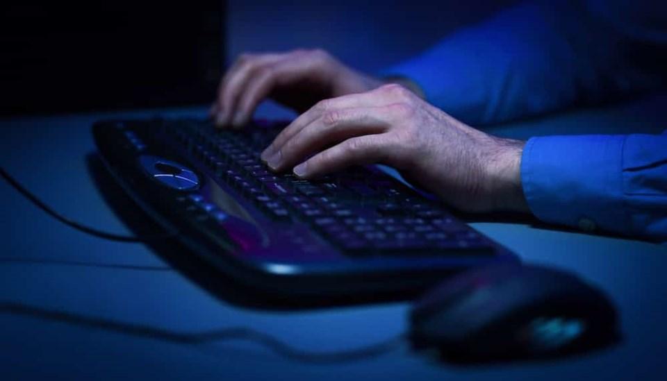 computer-hands-typing