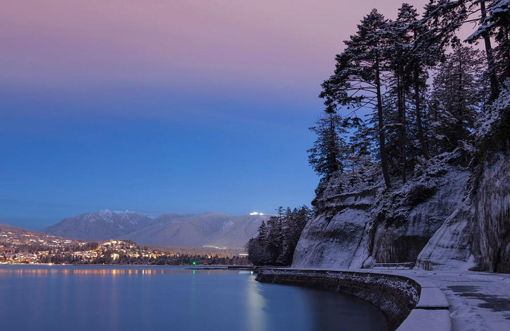 Vancouver photographer shares stunning video of snowy Stanley Park Seawall